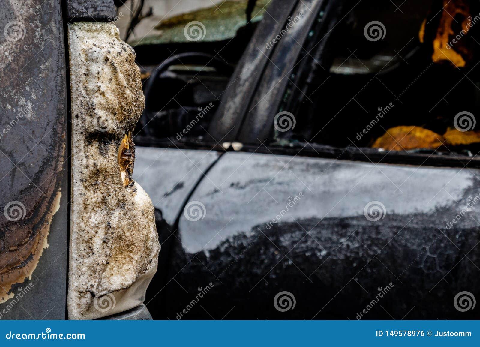 部分地烧在汽车、熔化玻璃或者塑料的尾巴光下