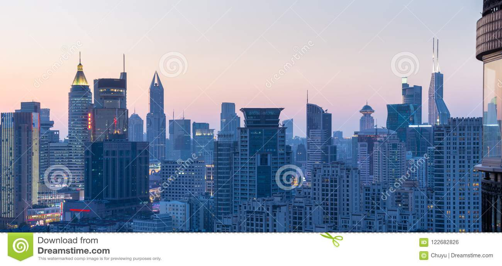 都市风景和地平线在黄昏