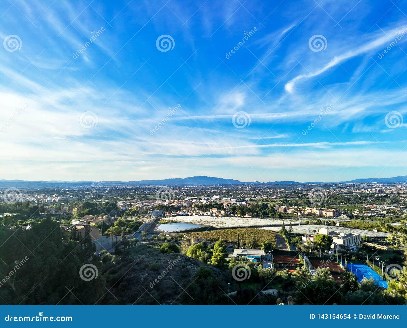 都市风景鸟瞰图从在山的一个观点观看了