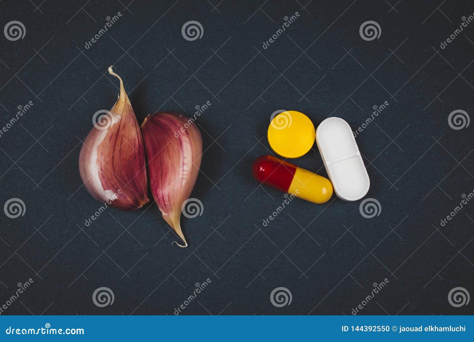 配药医学药片和大蒜-自然补救对配药医学概念