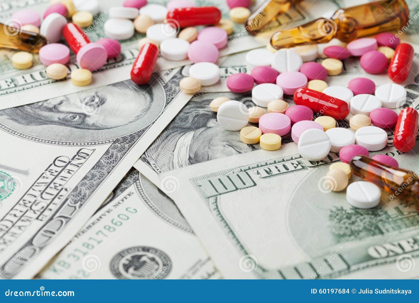 配药药物和医学药片堆在美元现金金钱、费用医药产品和治疗概念驱散了