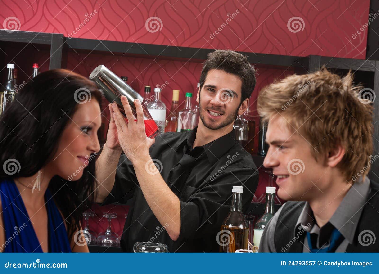 酒吧招待鸡尾酒有饮料的朋友震动