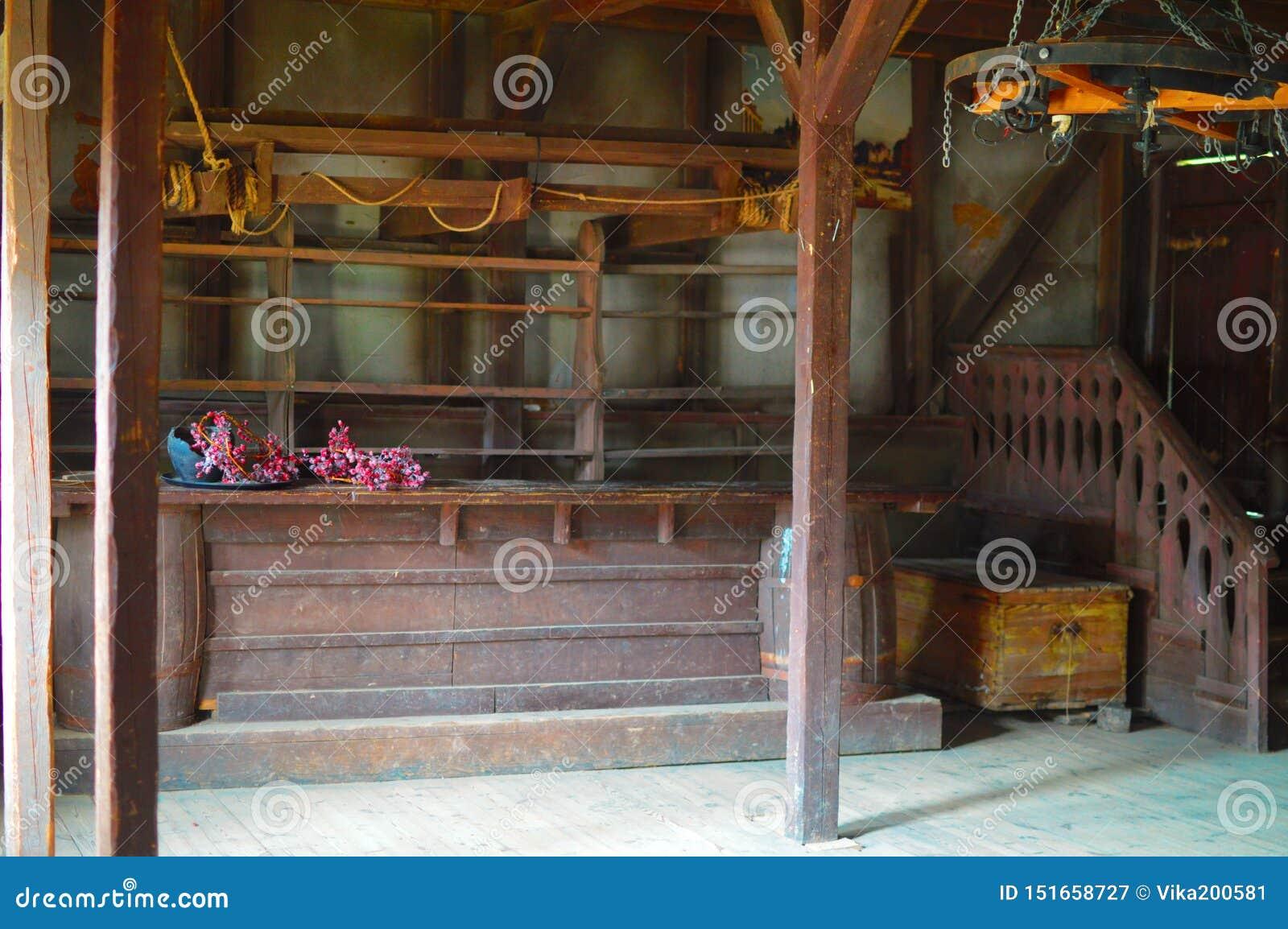 酒吧的木桌和在墙壁上的架子