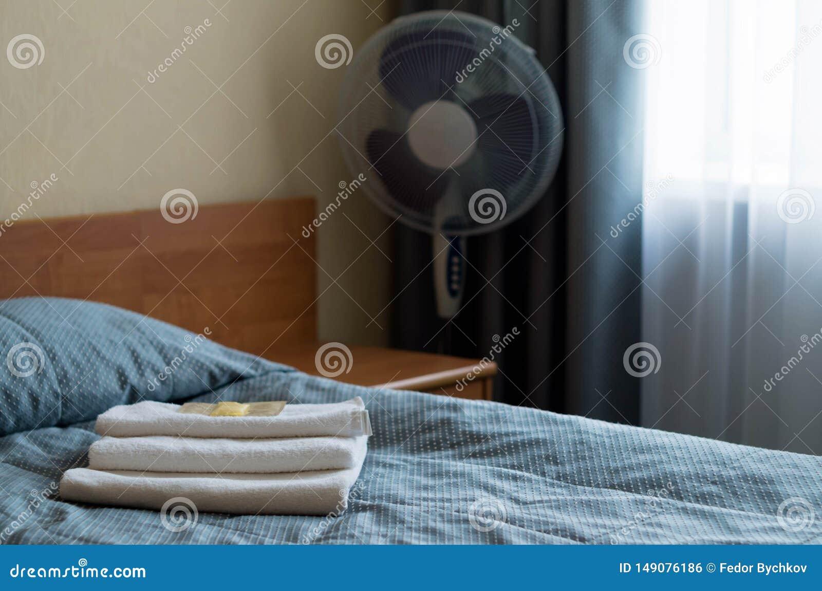 酒店房间 在床上是三块毛巾,肥皂,香波,阵雨胶凝体