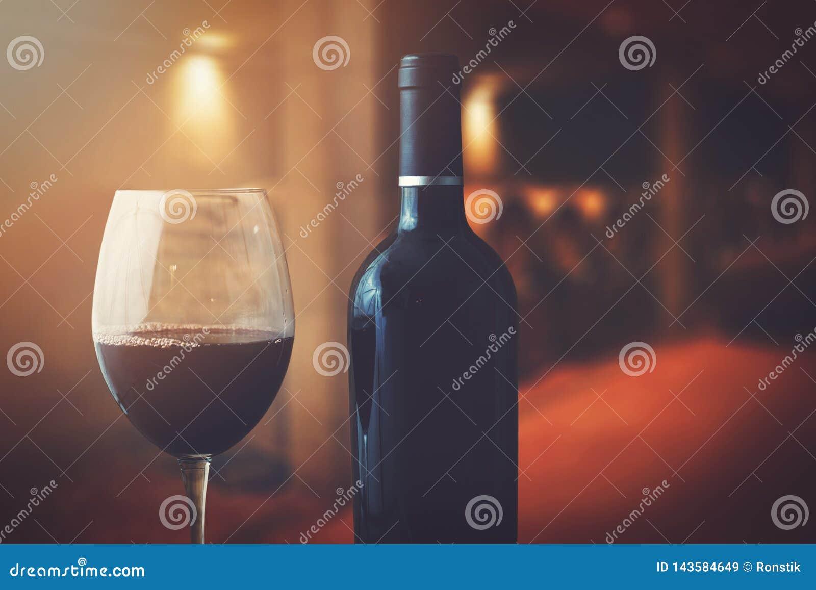 酒瓶和玻璃在葡萄酒库里