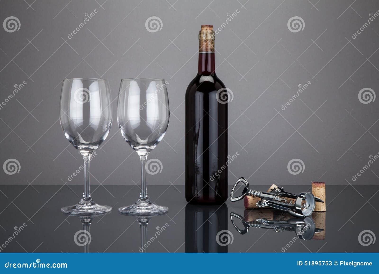 酒瓶和玻璃与corckscrew
