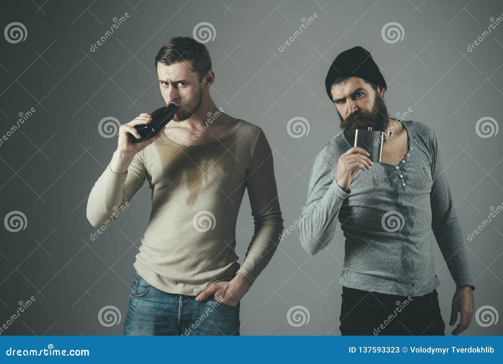 酒精不是答复 饮用的当事人 喝从瓶和烧瓶的人酒精 酒精上瘾者 酒精中毒 困难
