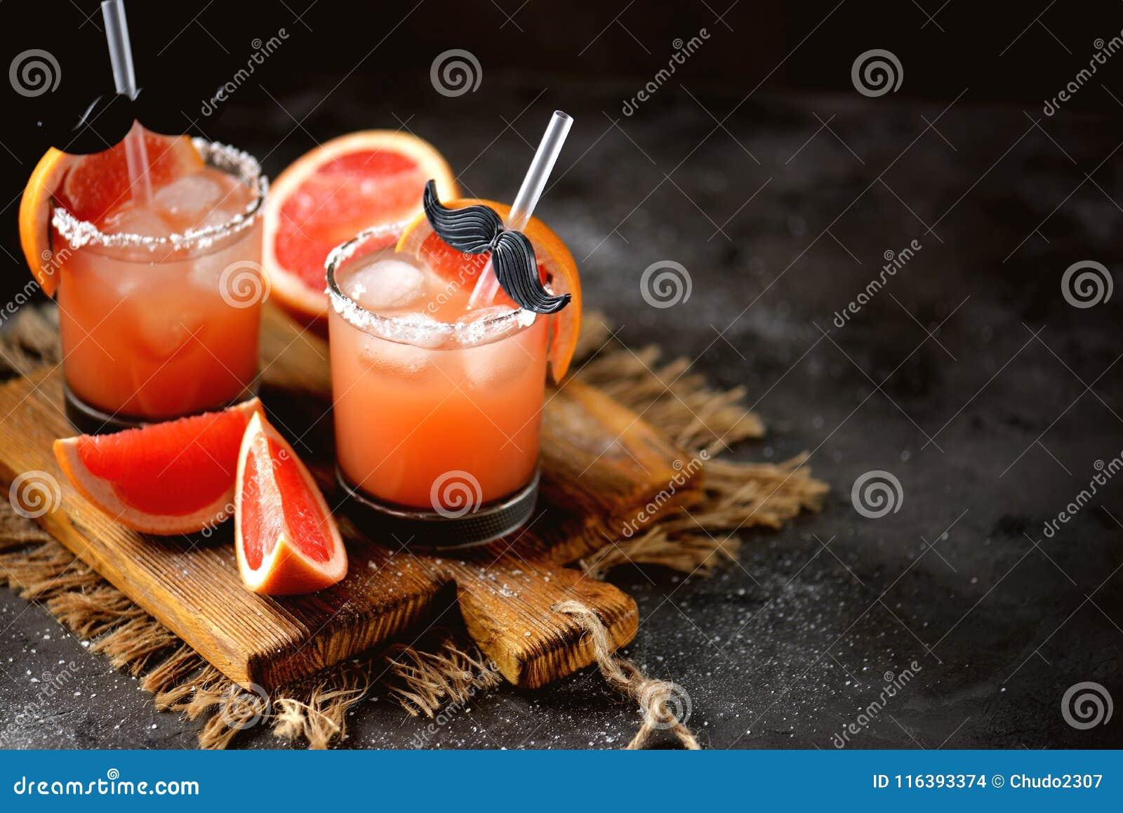 酒精鸡尾酒`咸狗`用新鲜伏特加酒、的葡萄柚,海盐和冰
