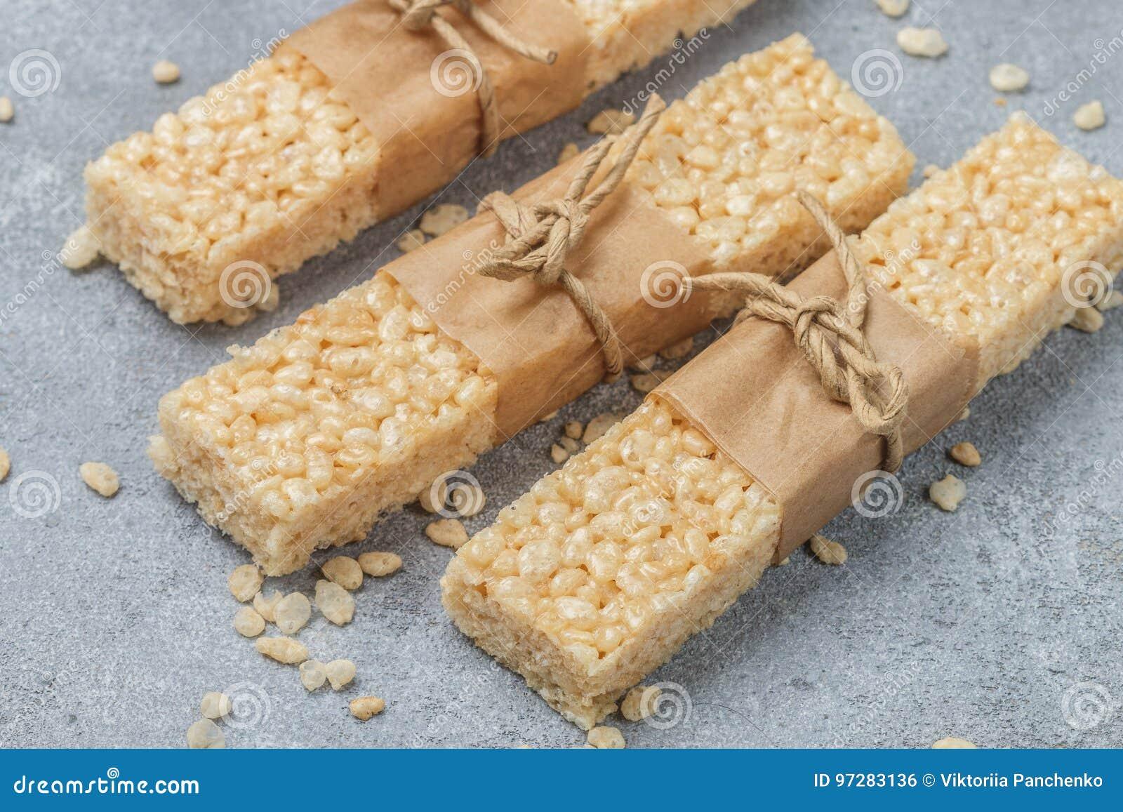 酥脆米酒吧用蜂蜜和蛋白软糖