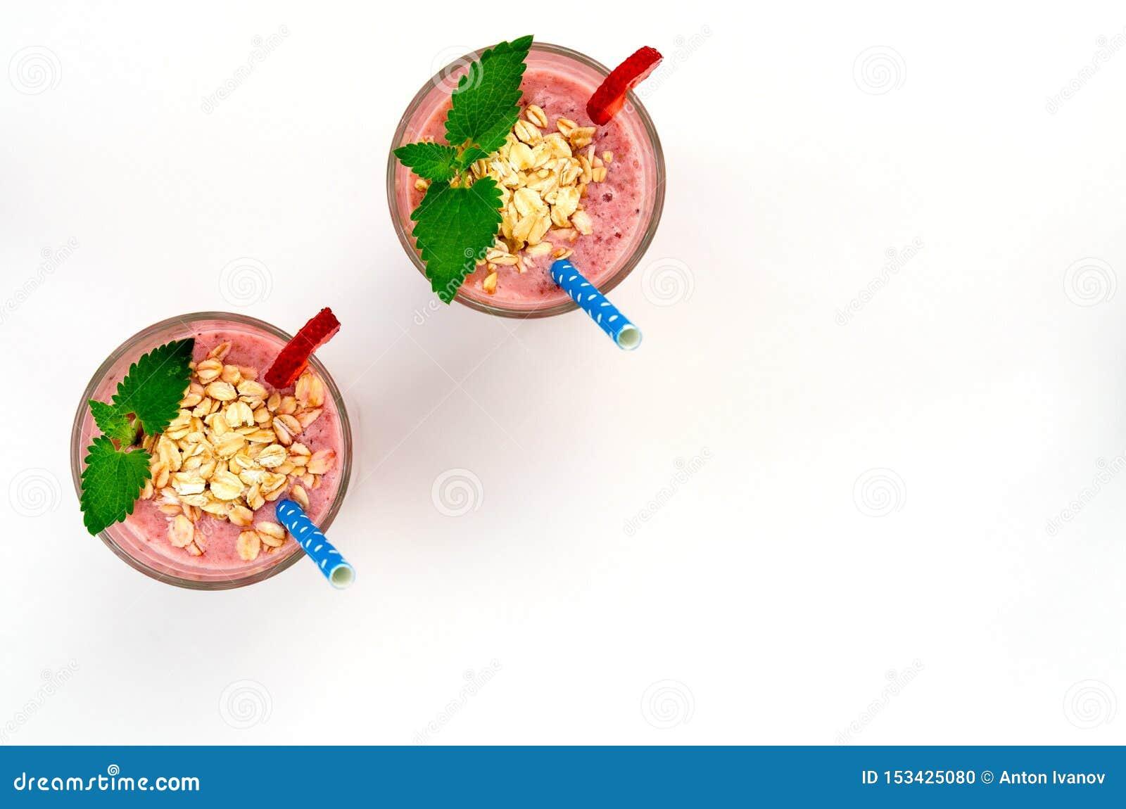 酸奶草莓鲜果甜冻欢乐浪漫早餐点心用燕麦片和chia种子在木盘子