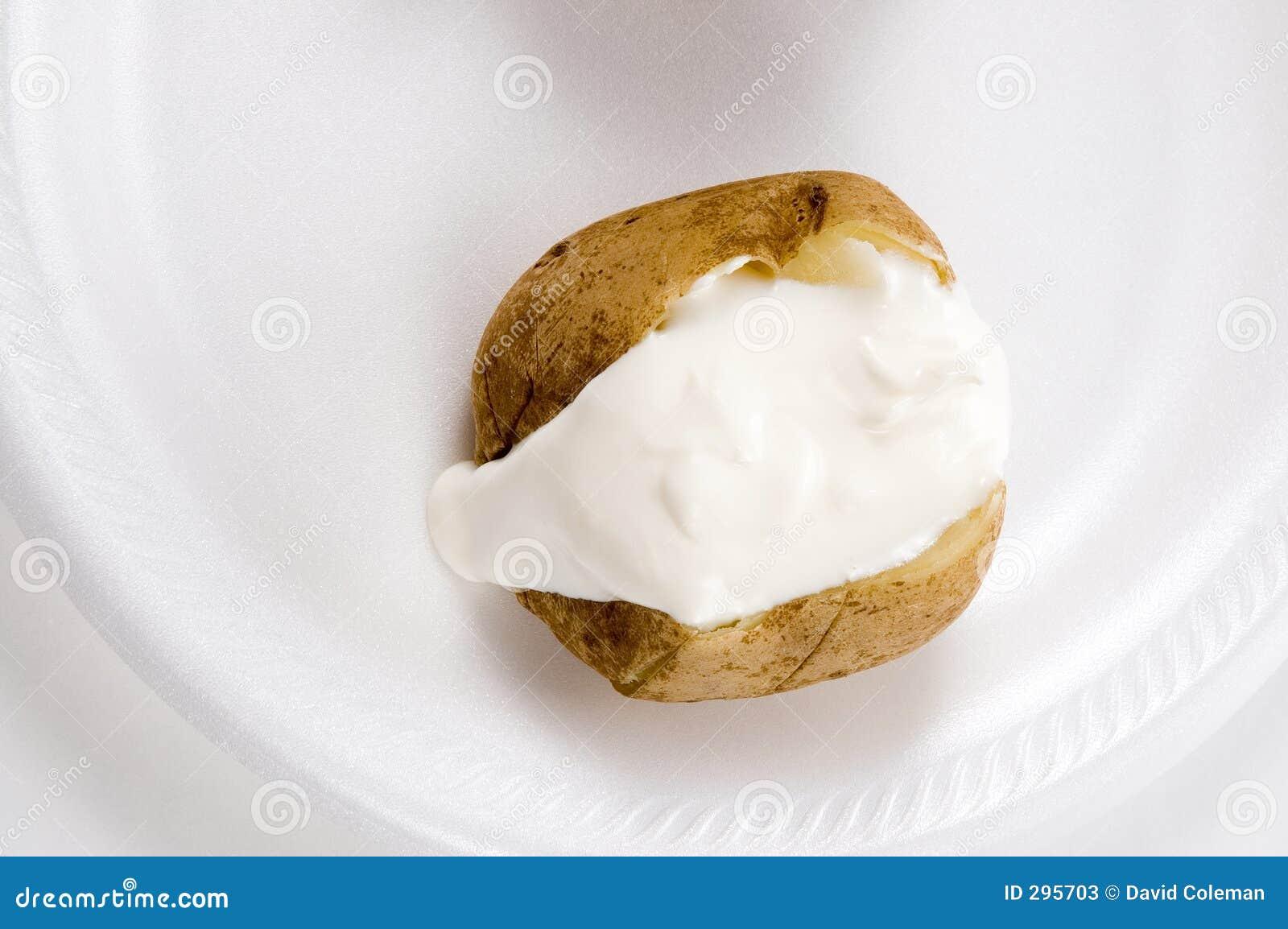 酸被烘烤的奶油色的土豆