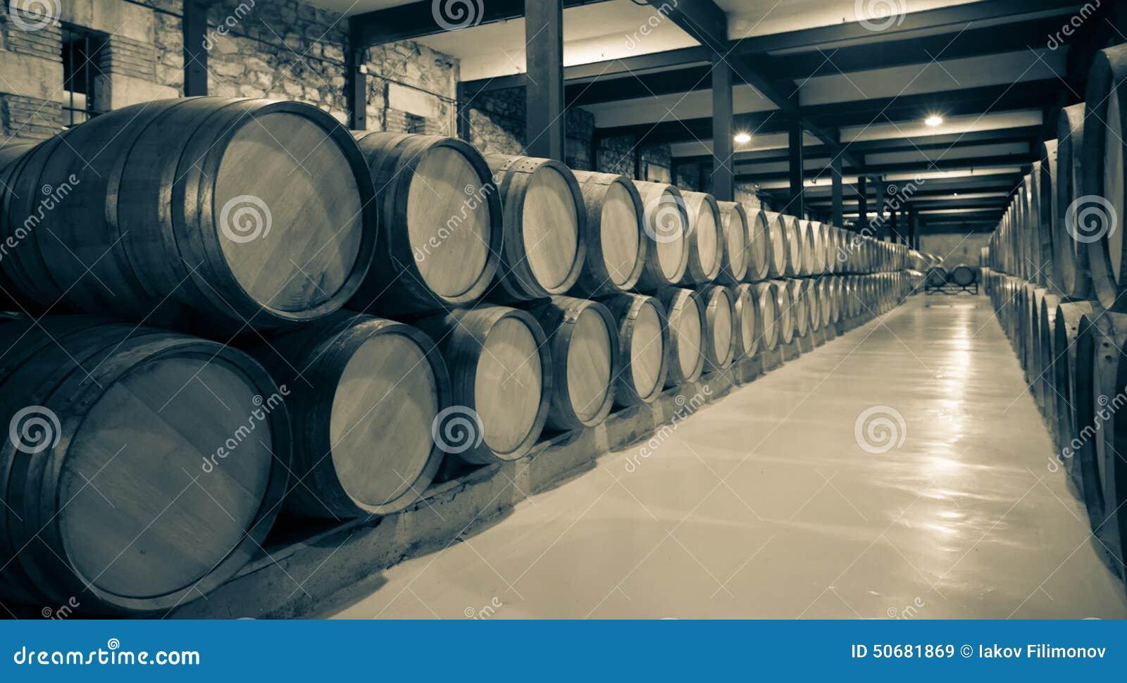 Download 酿酒厂年迈的照片 库存图片. 图片 包括有 香槟, 纬向条花, 地窖, 酒精, 对象, 许多, 小桶, 行业 - 50681869