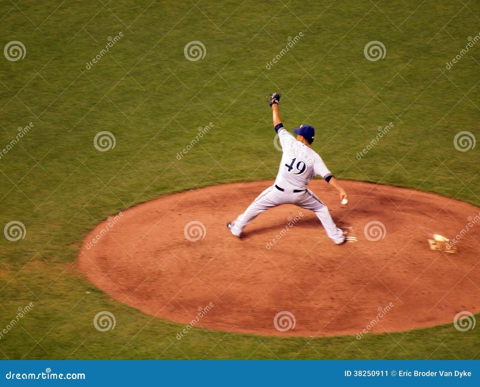 酿酒者投手尤凡尼・贾拉多在土墩今后跨步对投掷
