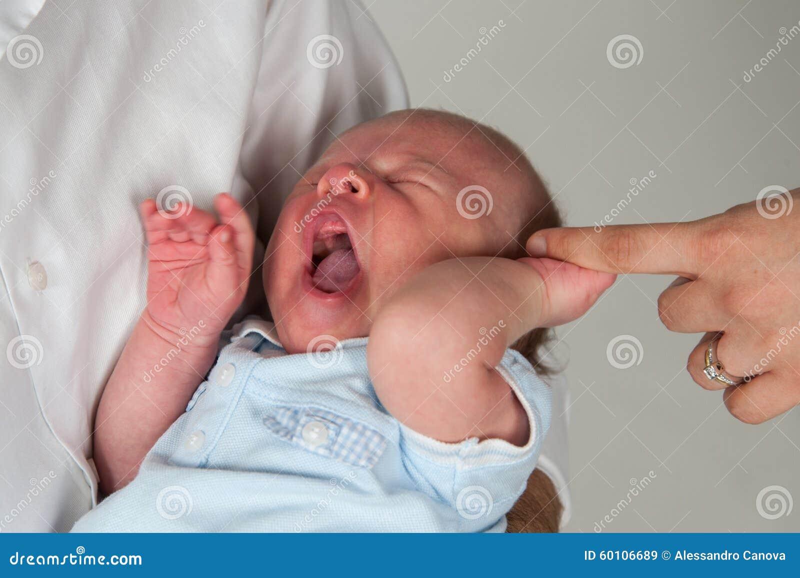 醒的婴孩打呵欠