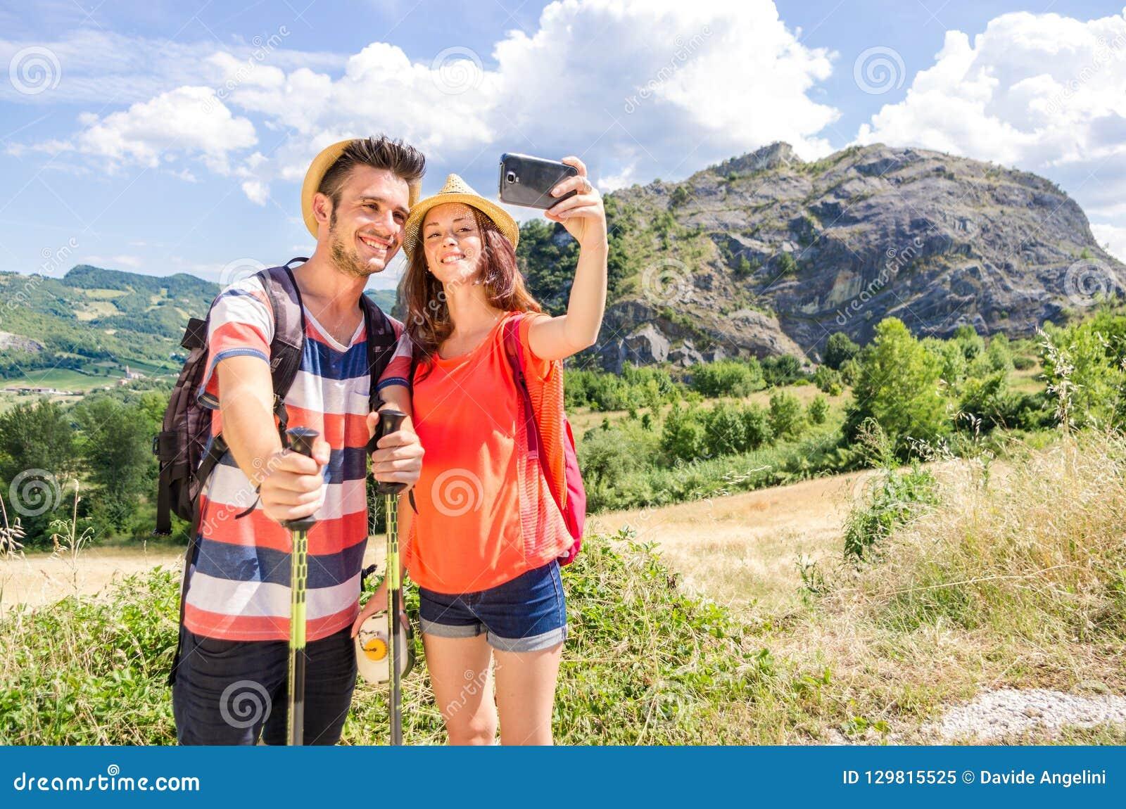 采取一selfie的徒步旅行者爱的夫妇在度假