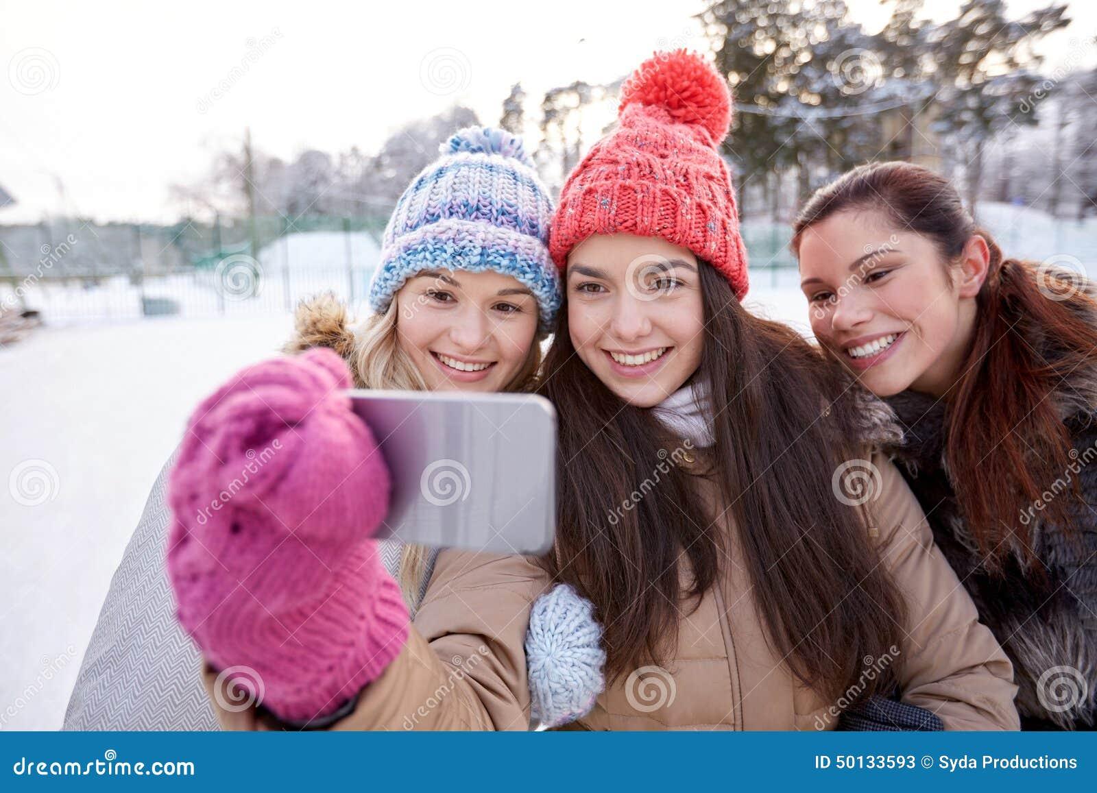 采取与智能手机的愉快的十几岁的女孩selfie