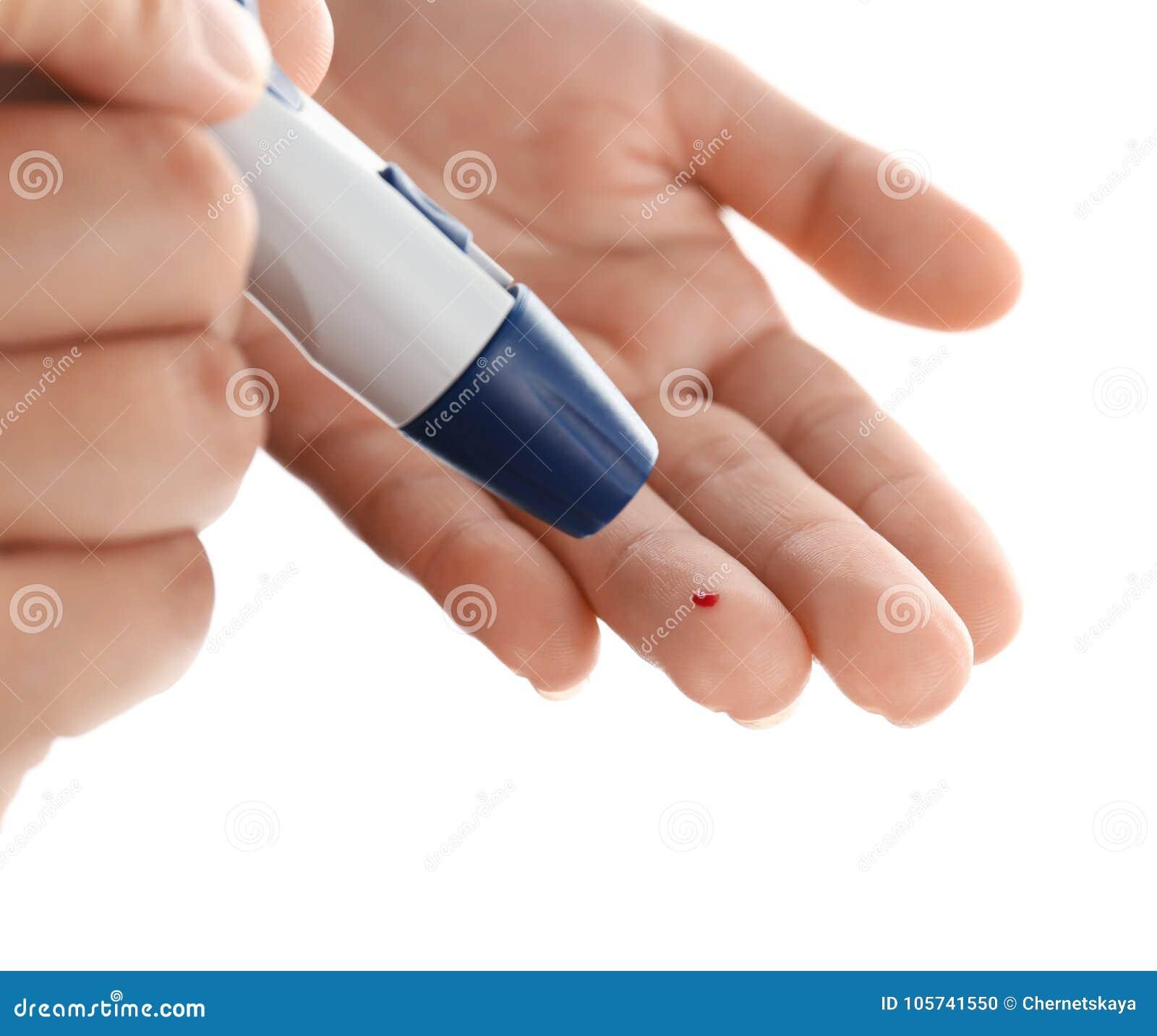 采取与柳叶刀笔的妇女血样在背景 糖尿病概念