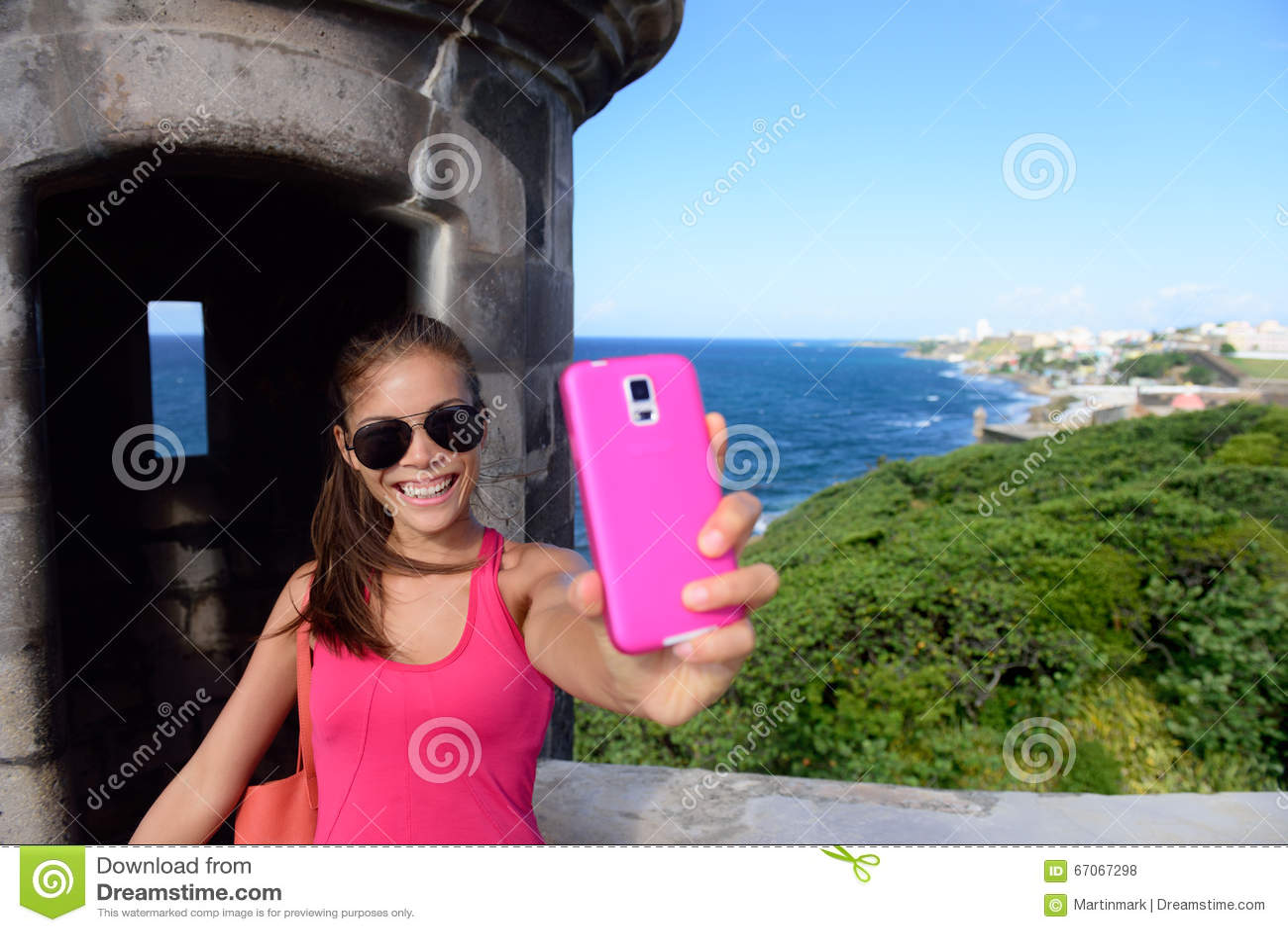 采取乐趣selfie的游人在圣胡安地标
