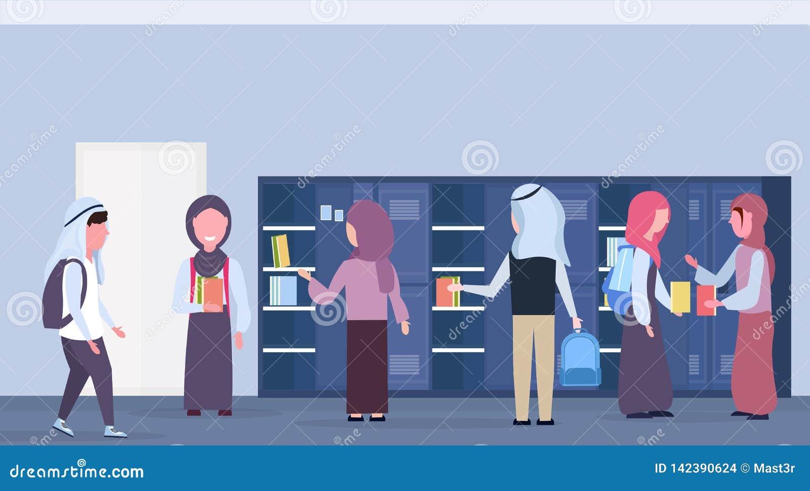 采取书的阿拉伯学童小组在hijab现代学校走廊内部教育的衣物柜回教学生外面