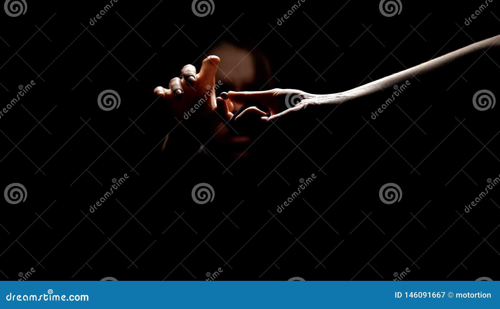 采取从毒贩手的女性上瘾者药片在黑暗,自我克制力缺席中