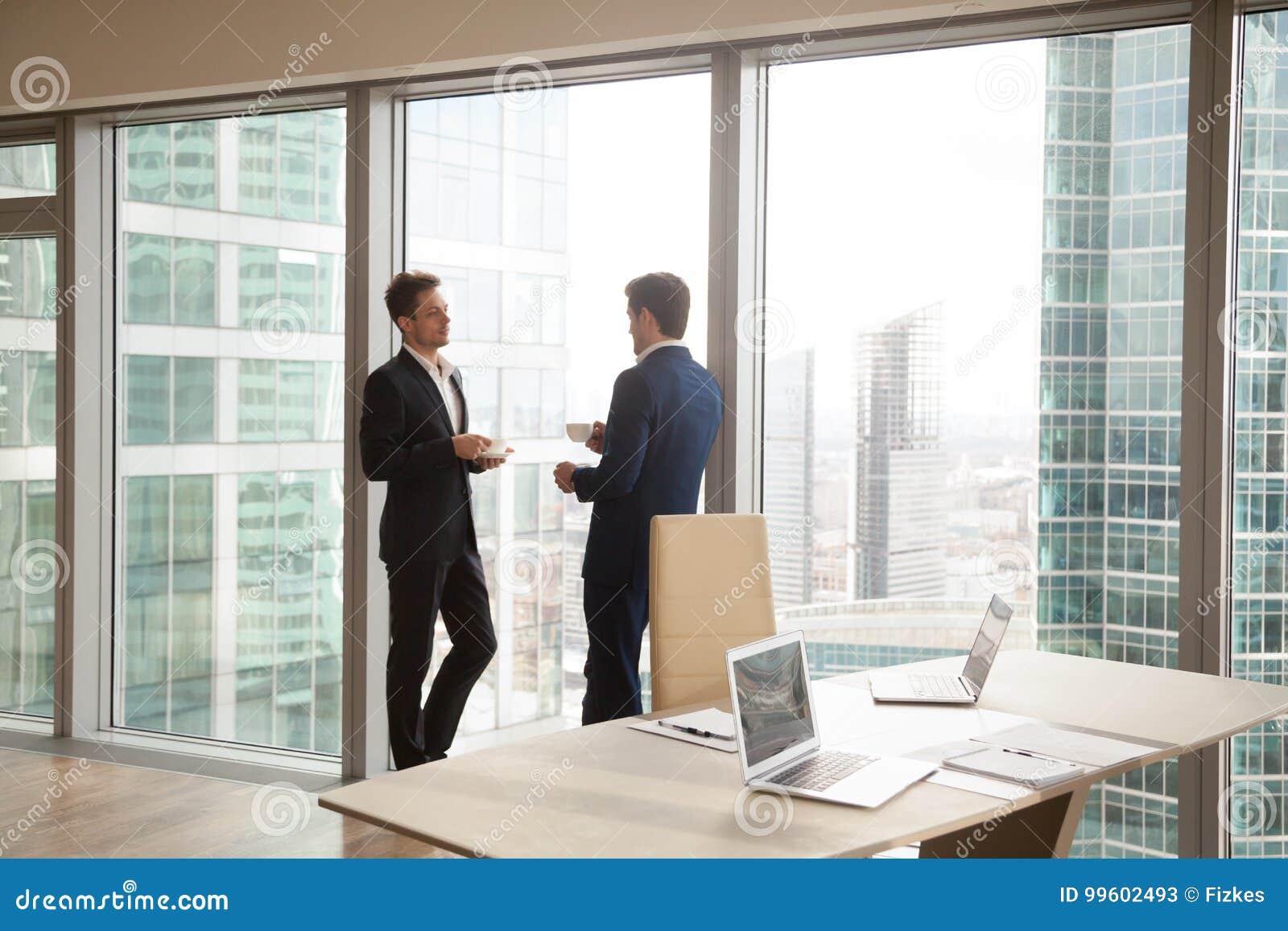 采取咖啡断裂的男性同事在办公室