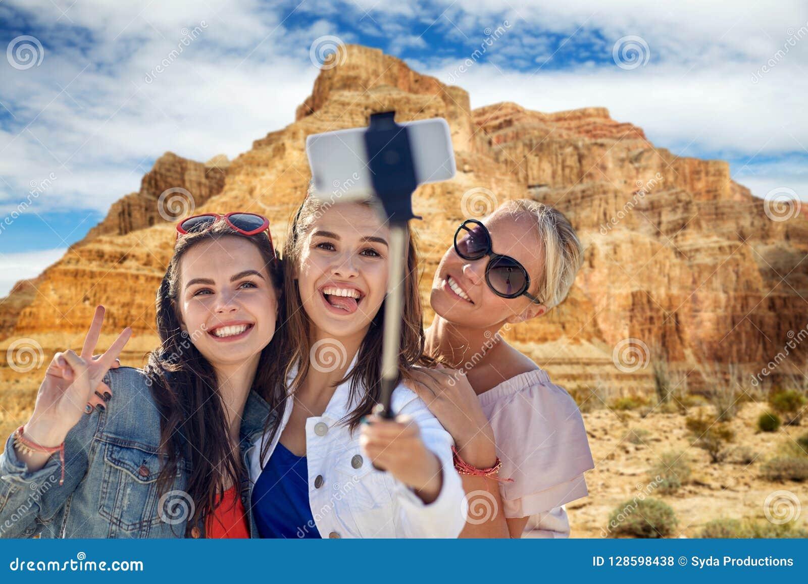 采取在大峡谷的女性朋友selfie
