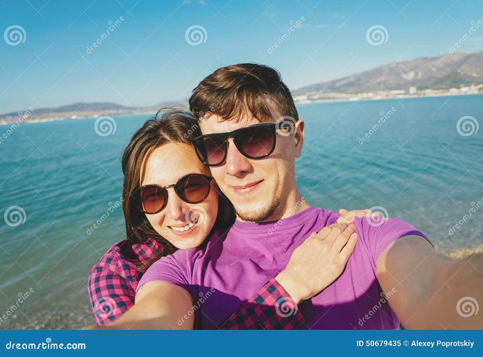 Download 采取在海滩的爱恋的夫妇照片自画象 库存图片. 图片 包括有 朋友, 海岸, 女孩, 室外, 海洋, 微笑 - 50679435