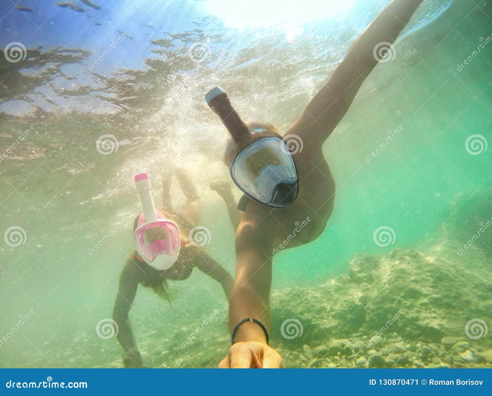采取在热带海游览与水照相机-小船旅行的资深愉快的夫妇selfie潜航在异乎寻常的情景-活跃