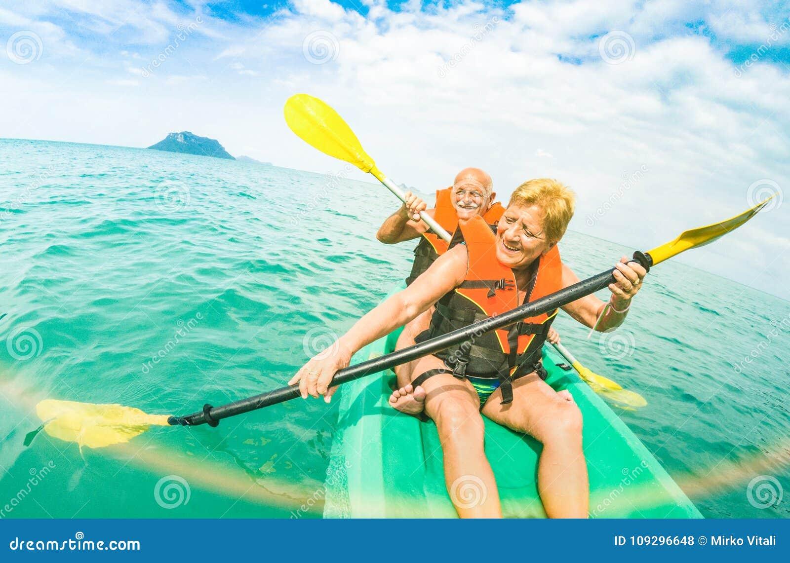 采取在皮船的资深愉快的夫妇旅行selfie在Ang皮带m
