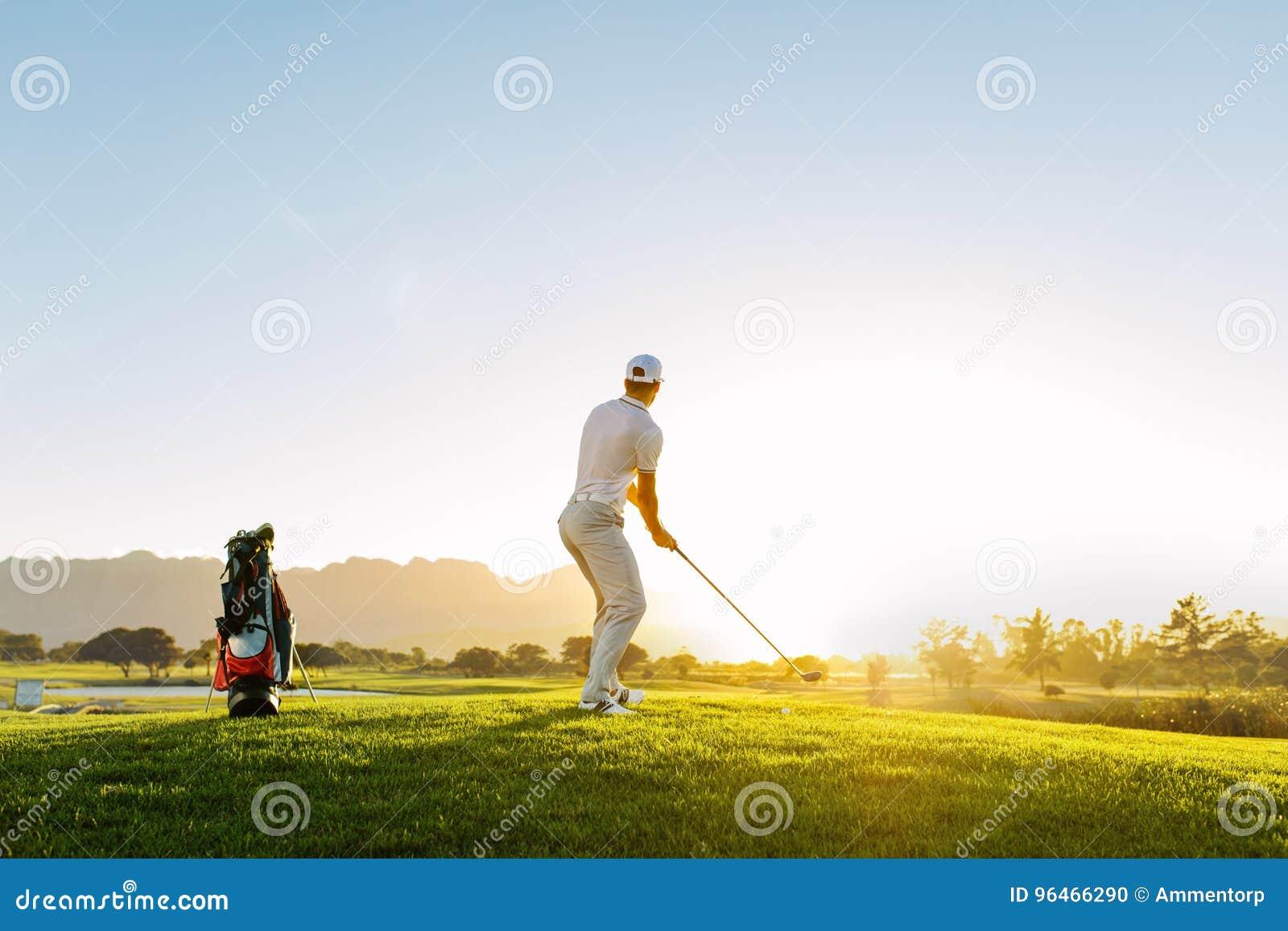 采取在高尔夫球场的专业男性高尔夫球运动员射击
