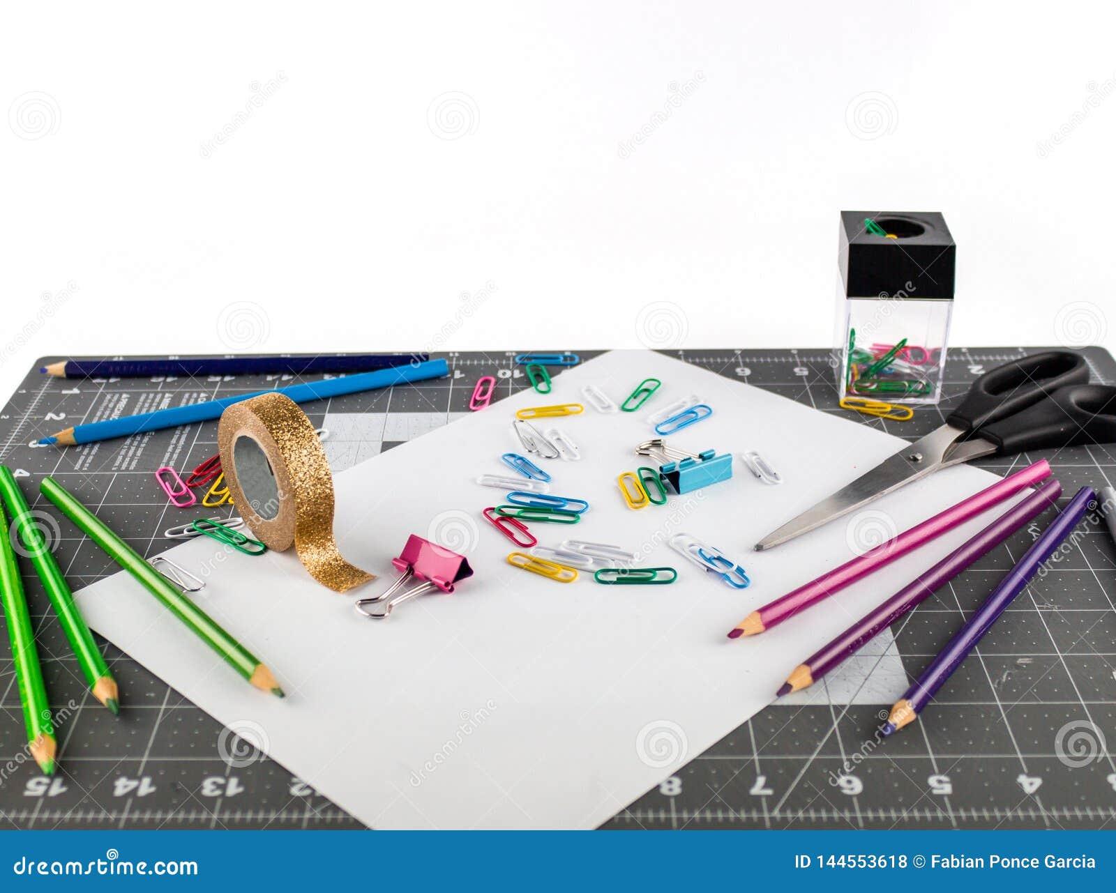 采取栅栏的表面上的办公室或学校用品
