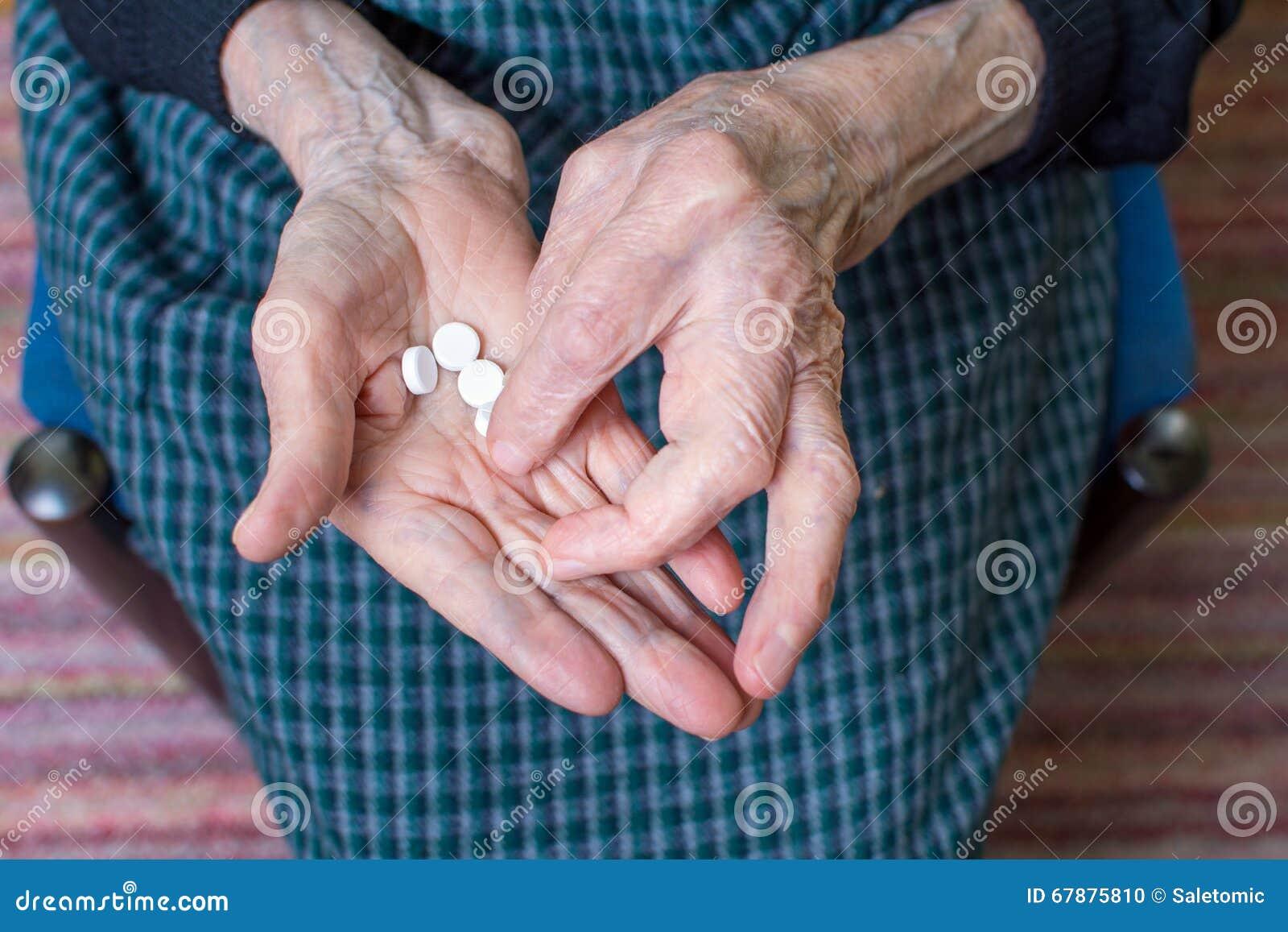 采取药片的祖母