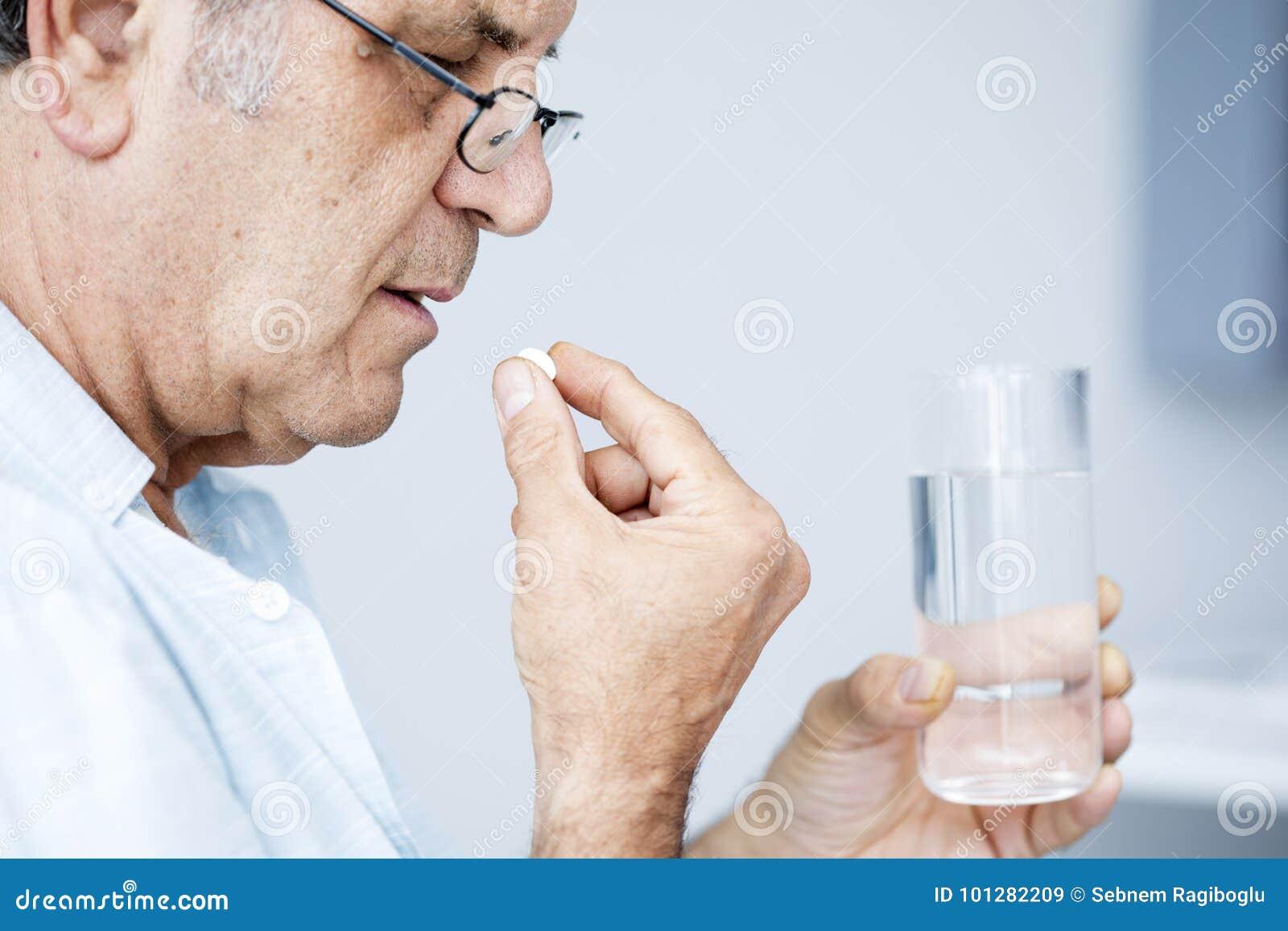采取药片的老人