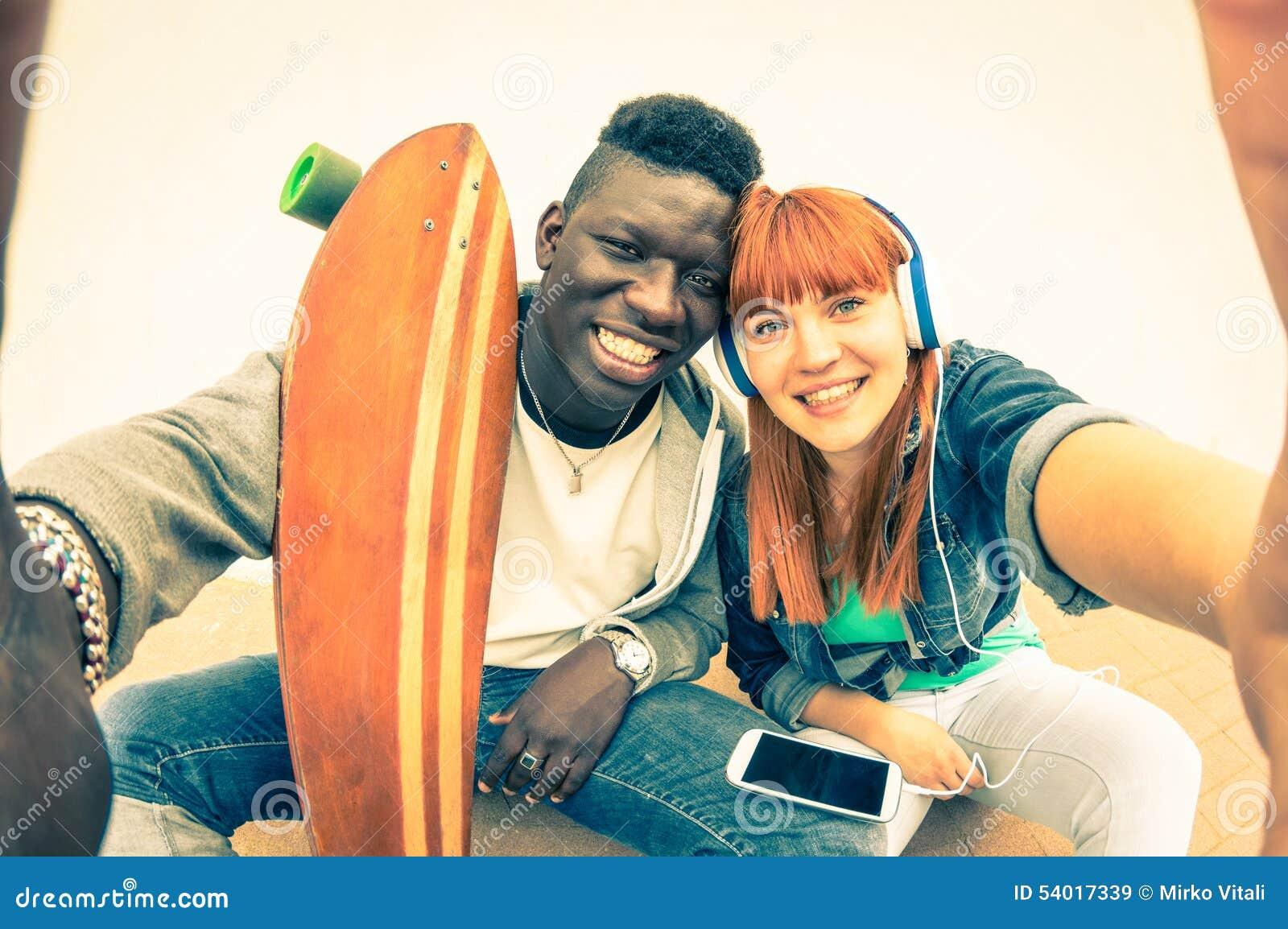 采取都市时尚selfie的行家多种族爱夫妇