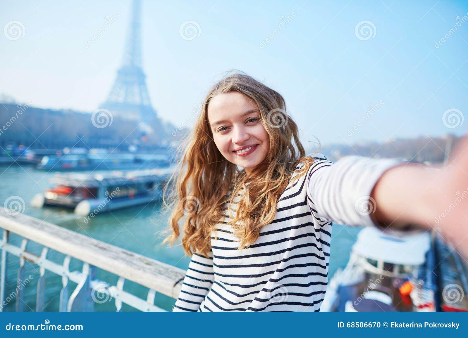 采取滑稽的selfie的美丽的女孩在巴黎