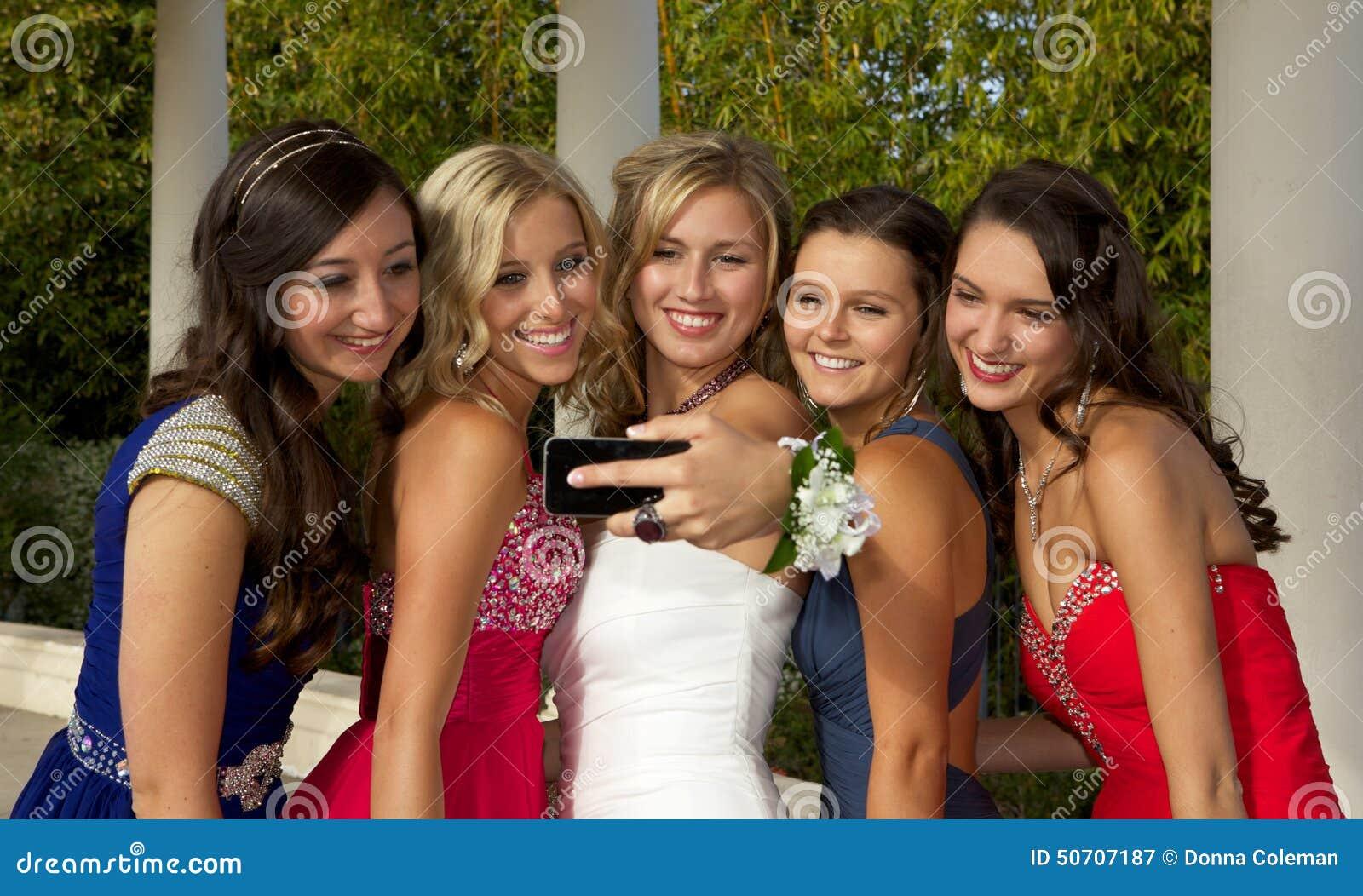 采取Selfie的一个小组少年正式舞会女孩