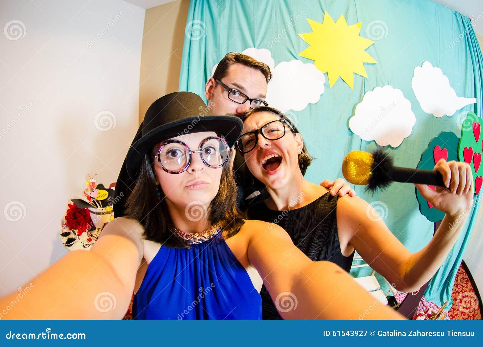 采取selfie的喜剧演员滑稽的三重奏