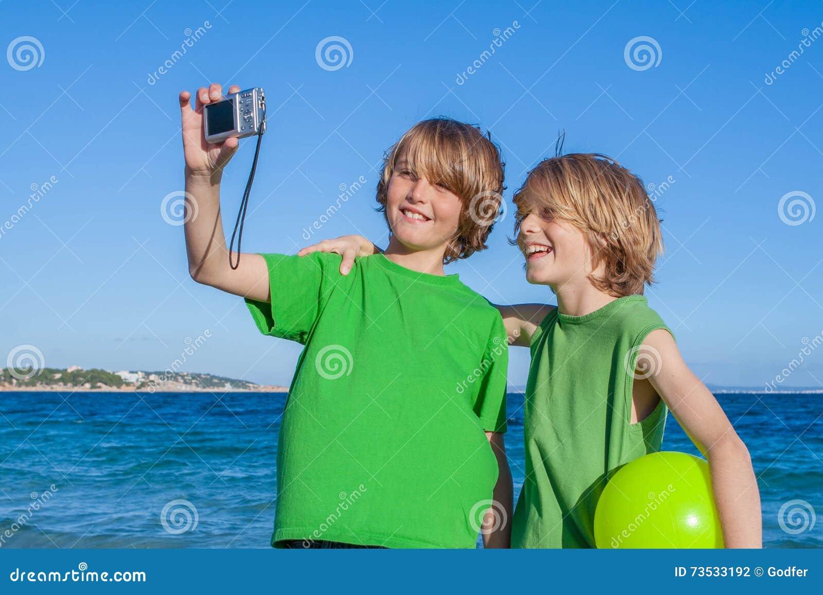 采取selfie的孩子在度假在马略卡西班牙