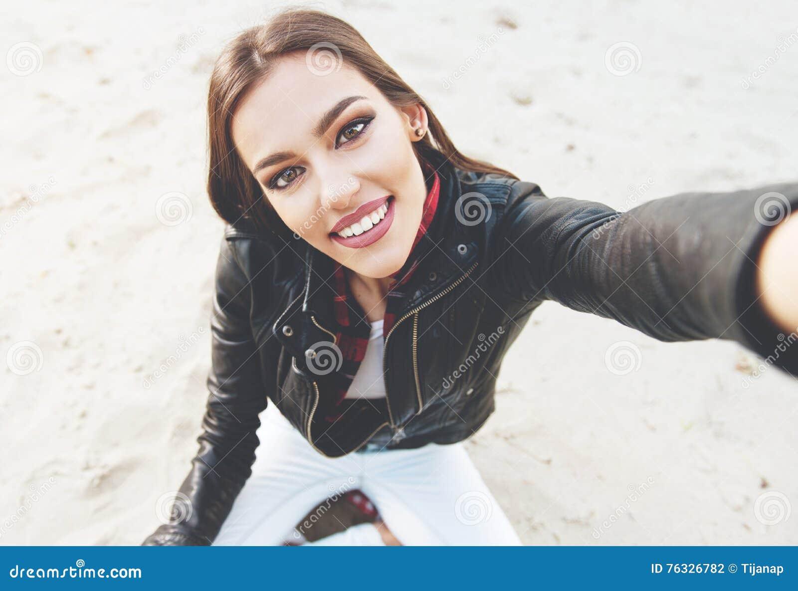 采取selfie的美丽,少妇户外