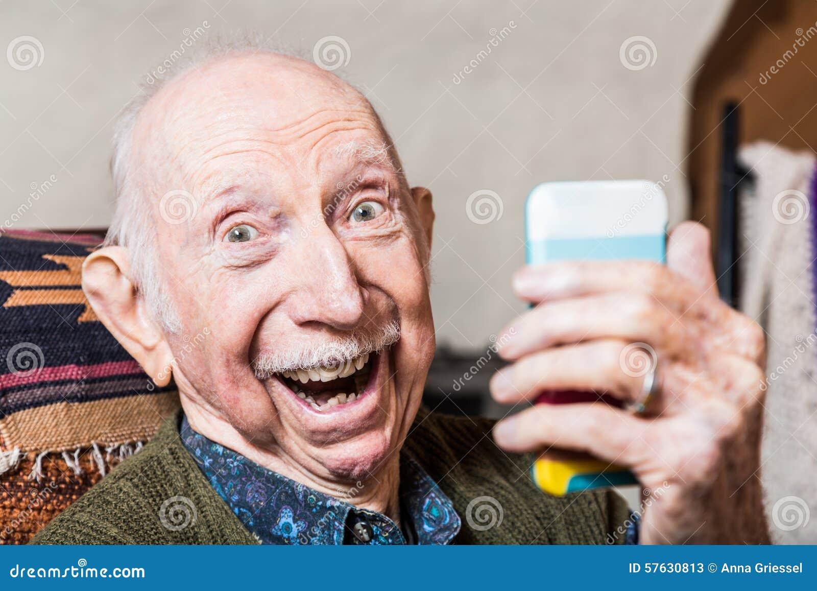 采取Selfie的更老的绅士