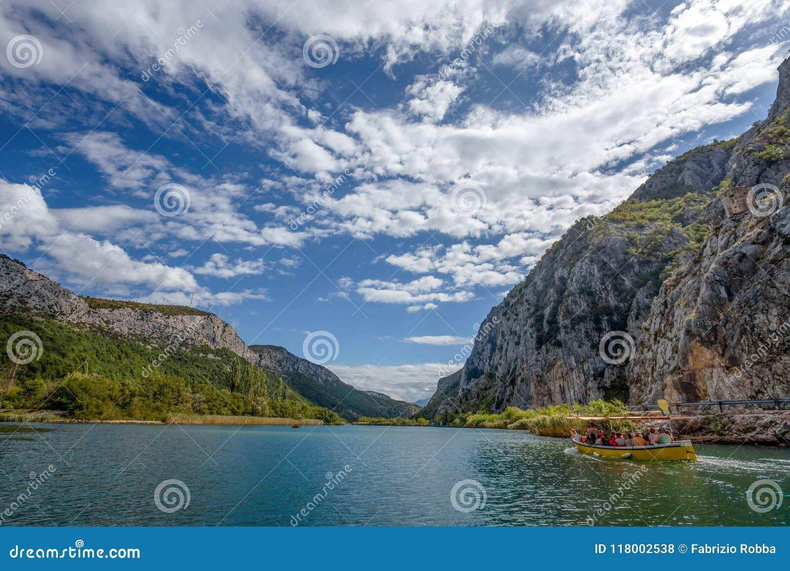 采廷娜河看法在Omis Almissa市,达尔马提亚,克罗地亚人附近的