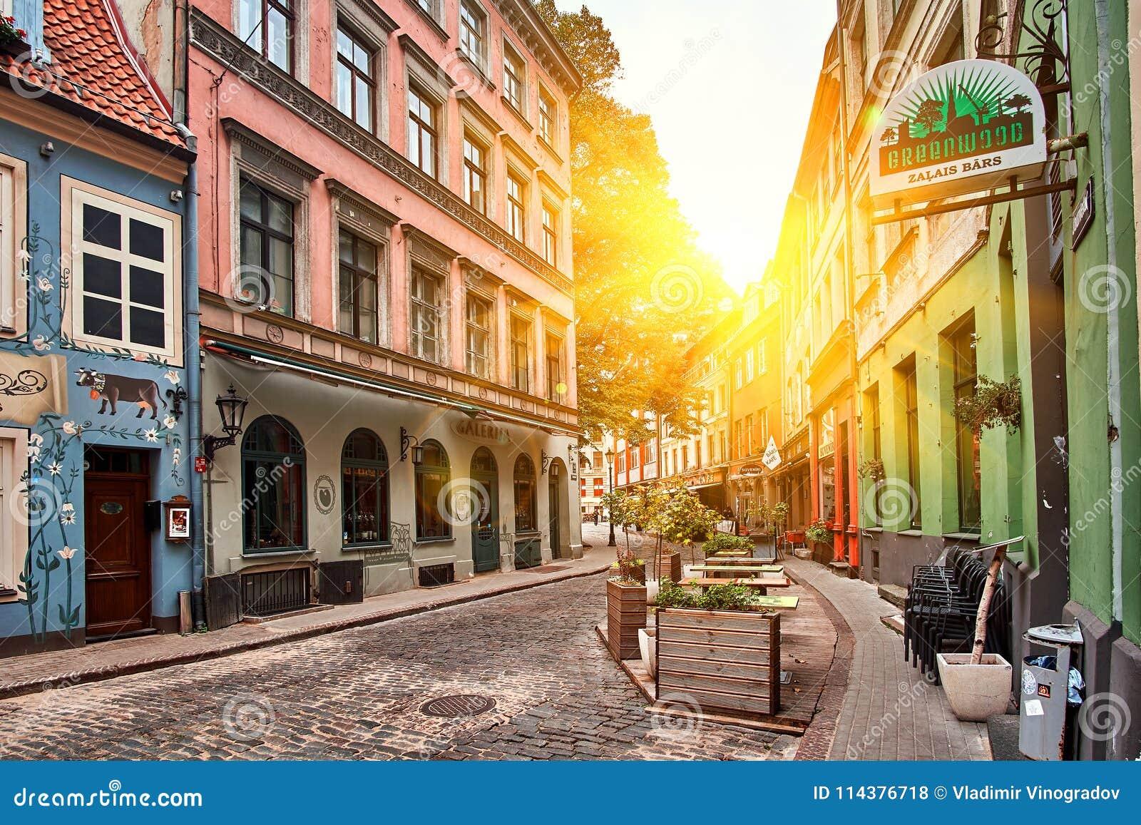 里加,拉脱维亚- 2017年7月:老中世纪晴朗的早晨狭窄街道在里加,拉脱维亚