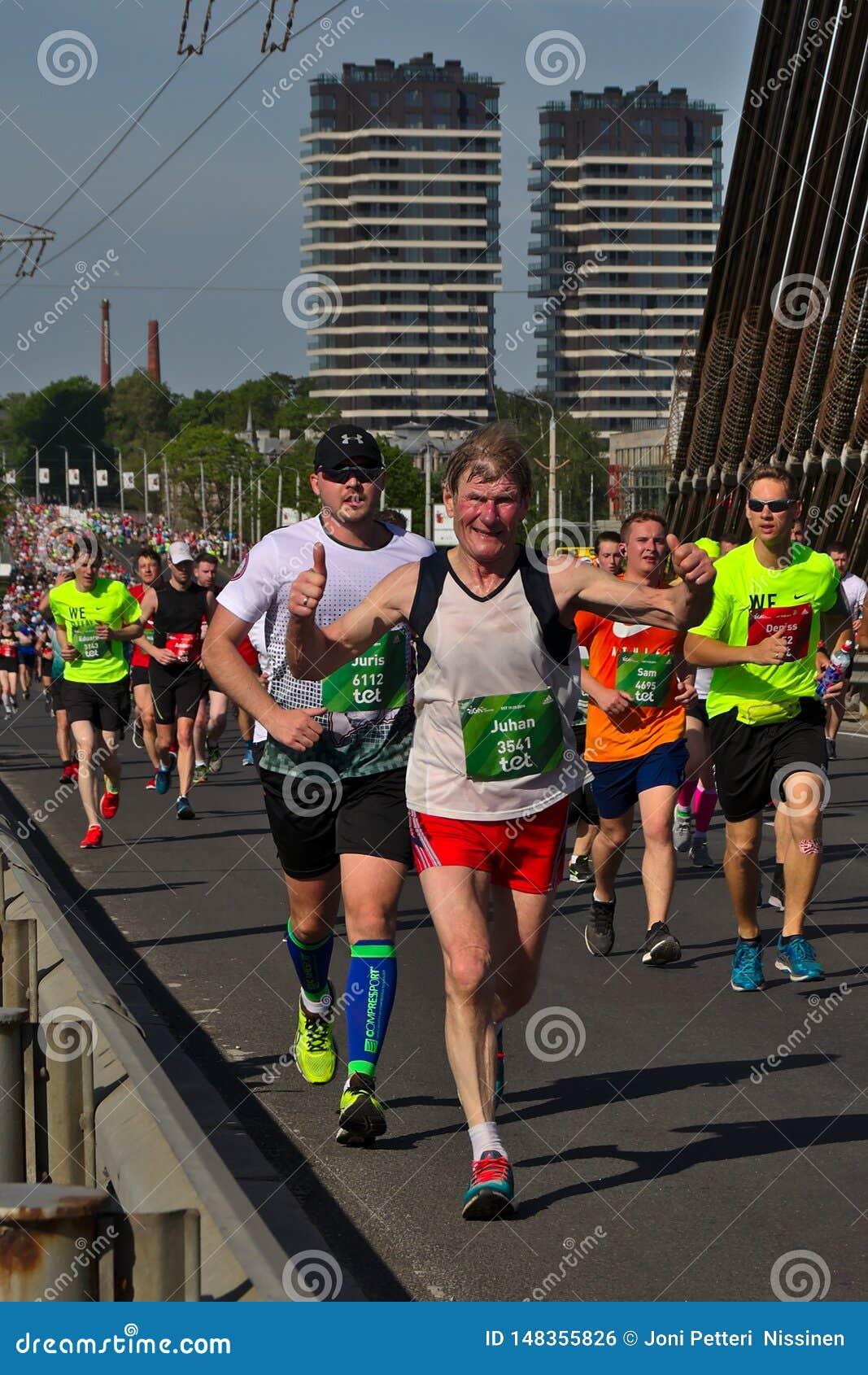 里加,拉脱维亚- 2019年5月19日:勇敢地过桥梁的年长马拉松运动员