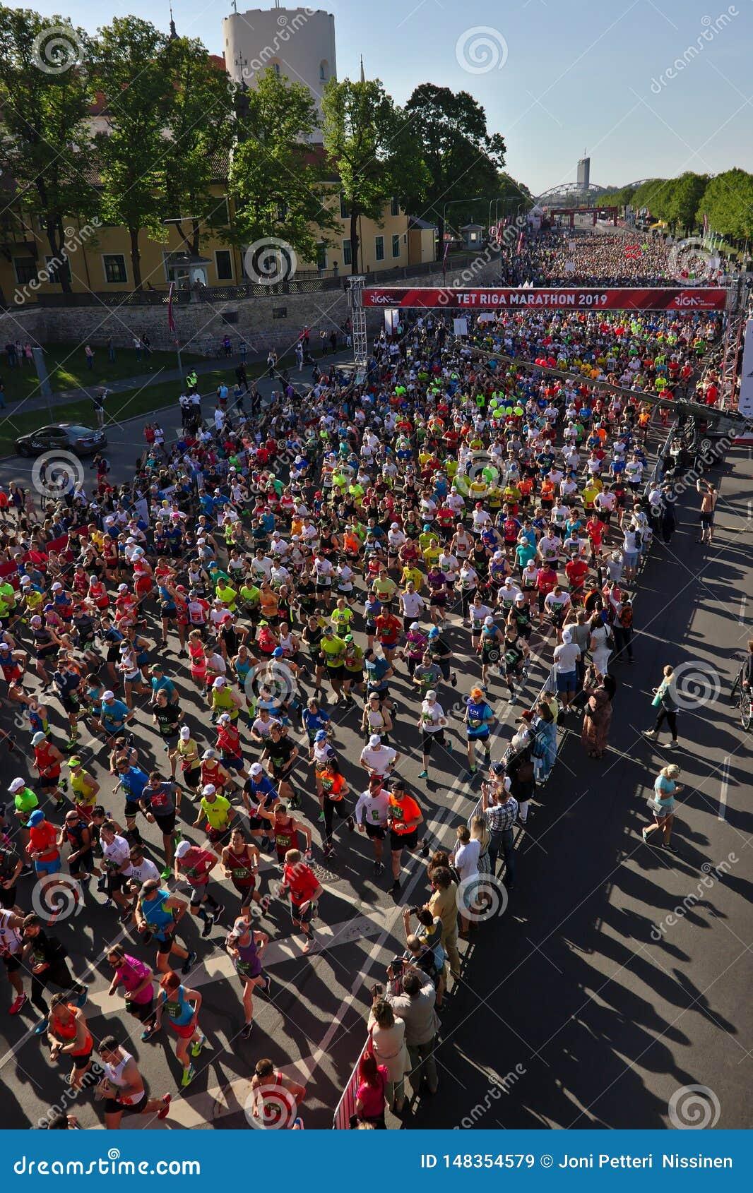里加,拉脱维亚- 2019年5月19日:里加泰特运行从起动线的马拉松运动员