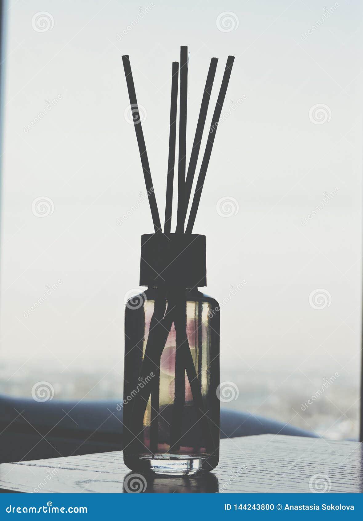 里德清凉剂,关闭 在玻璃瓶的芳香液体用芦苇棍子 r ?? 空气清新剂在家黏附 ??