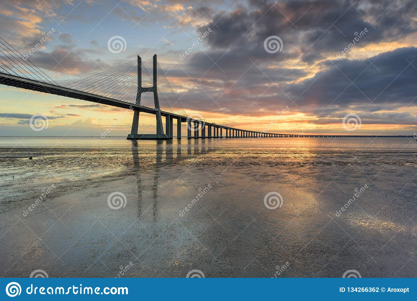 里斯本地标 瓦斯科・达伽马在日出的桥梁风景
