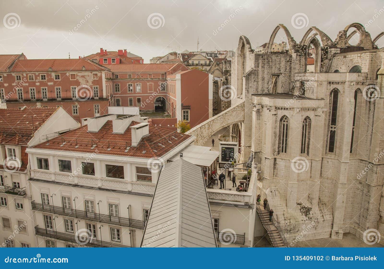里斯本,葡萄牙,欧洲-从圣诞老人胡斯塔推力看见的老镇的房子