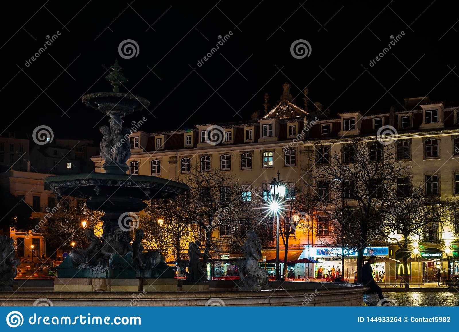 里斯本,葡萄牙- 2019年 喷泉在街市里斯本在晚上