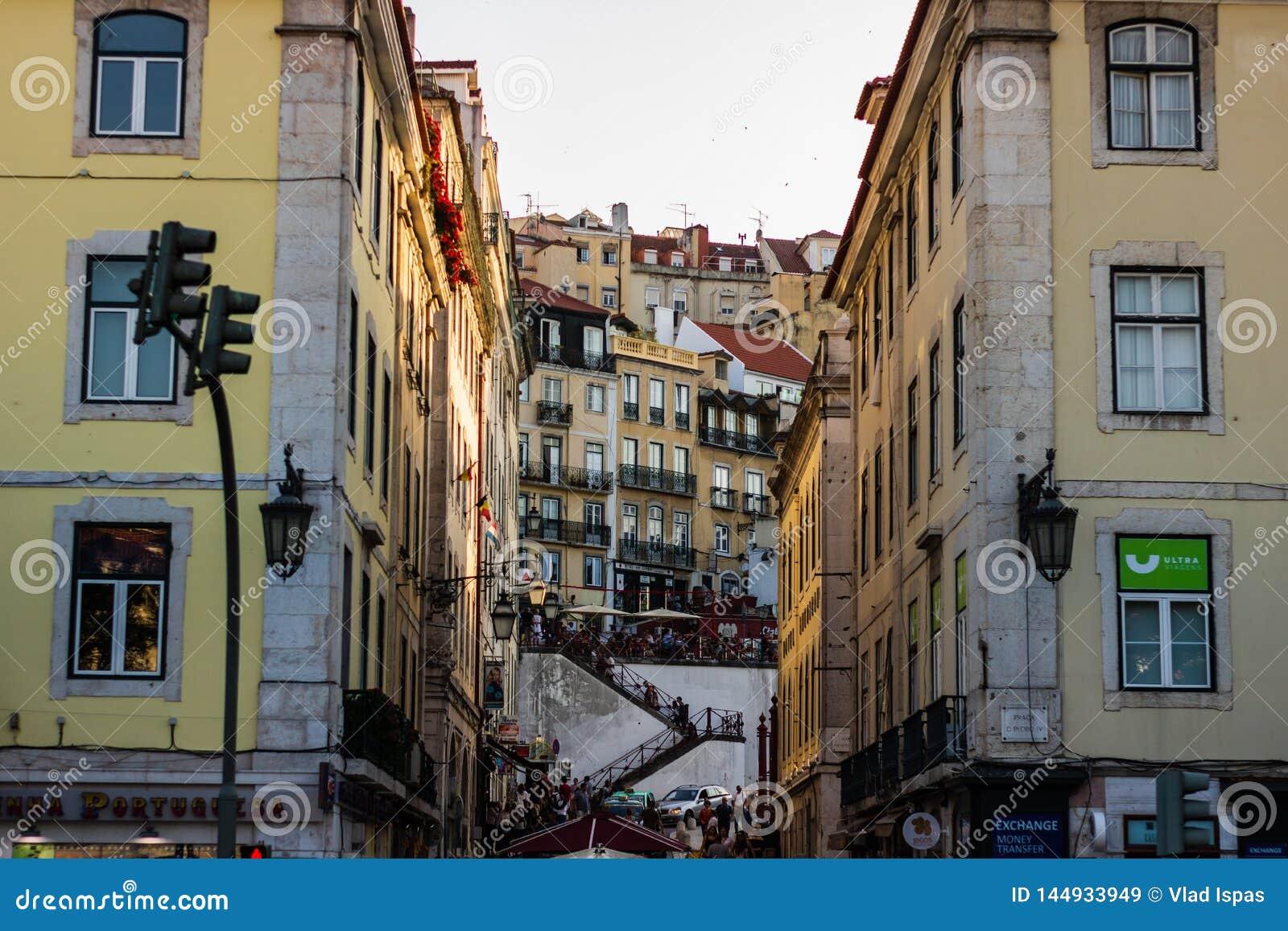 里斯本,葡萄牙- 2019年 地方去从里斯本的西班牙语人聚居的区域女低音的餐馆和台阶