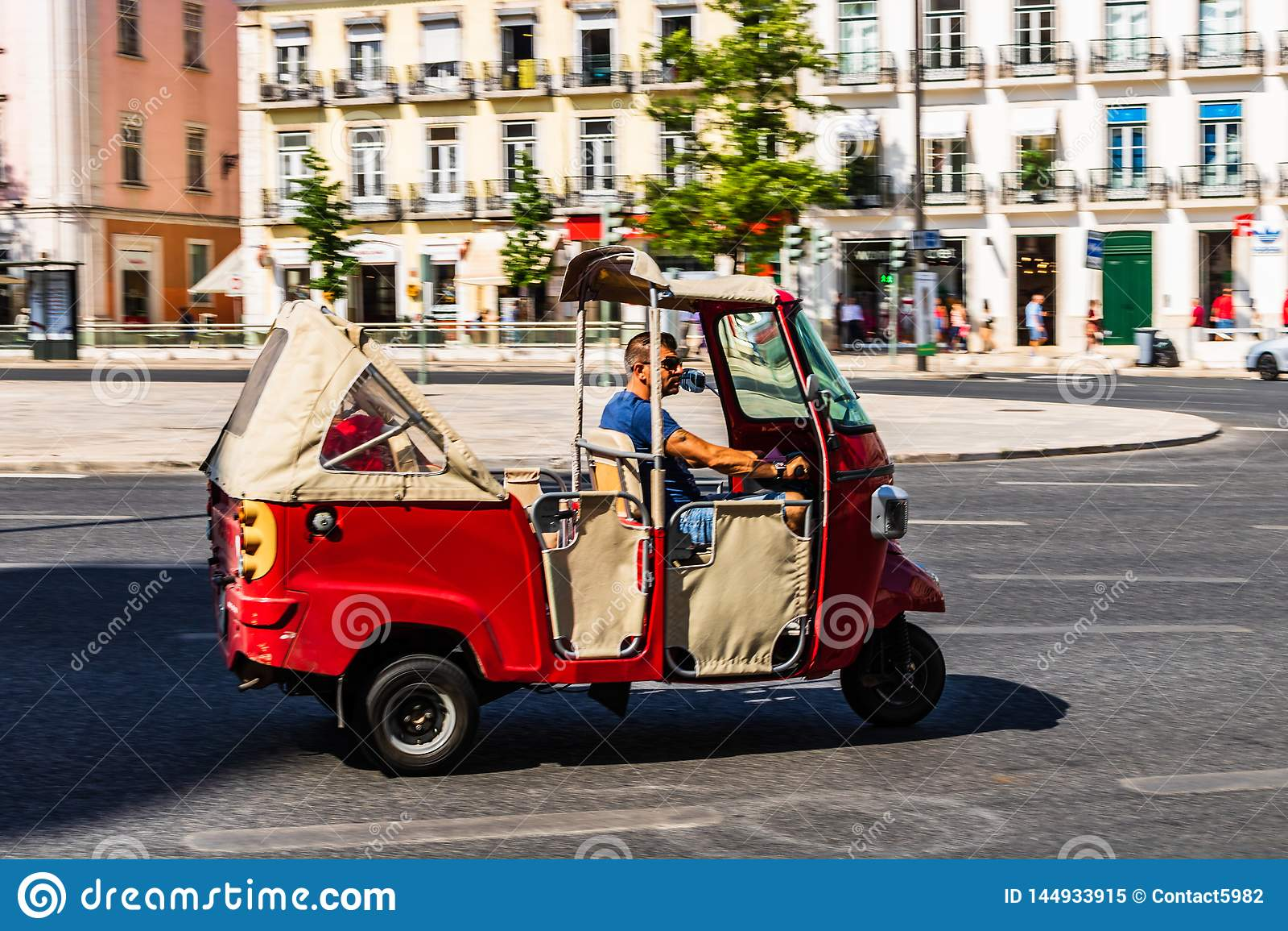 里斯本,葡萄牙- 2019年 游人的红色三轮车汽车在里斯本,葡萄牙